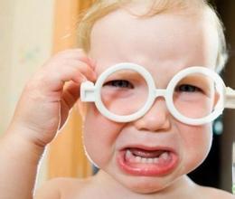 儿童弱视多由什么原因造成的?