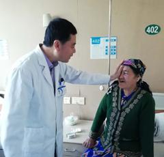 """维吾尔族大妈遇见""""访惠聚""""看清更好的世界"""
