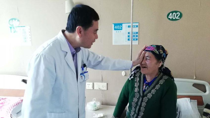 """维吾尔族大妈遇见""""访惠聚"""",从此看清更好的世界"""