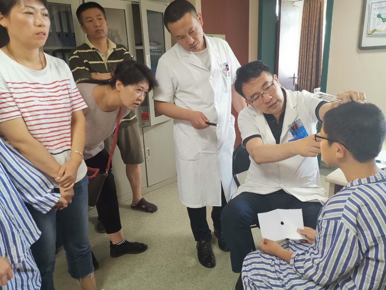 斜弱视专家杨士强博士来疆亲诊,耐心细致受称赞