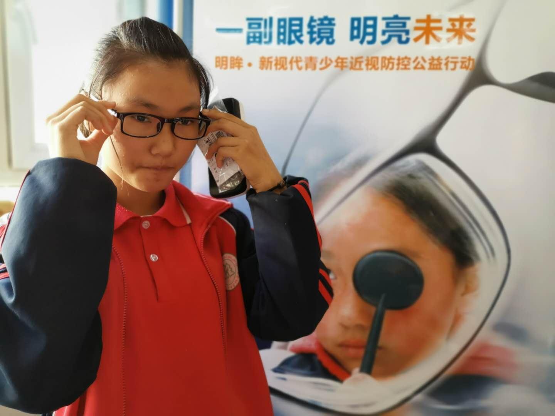 明眸新视代公益活动走进乌市第58中学,为贫困学生赠送眼镜